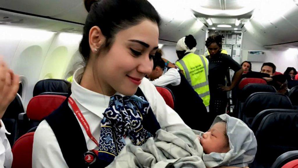 bebé recién nacido en un avión