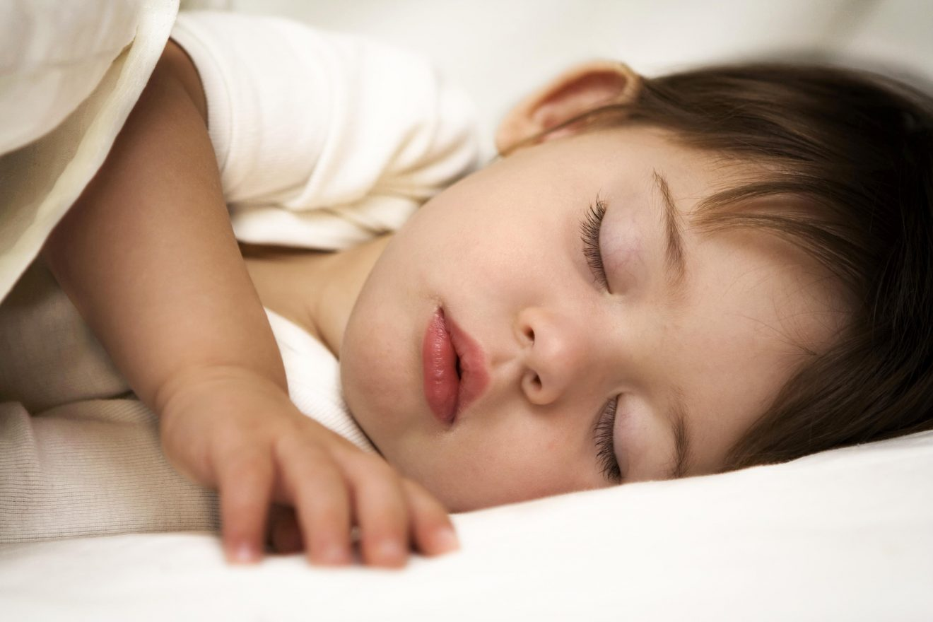 Nino pequeno durmiendo
