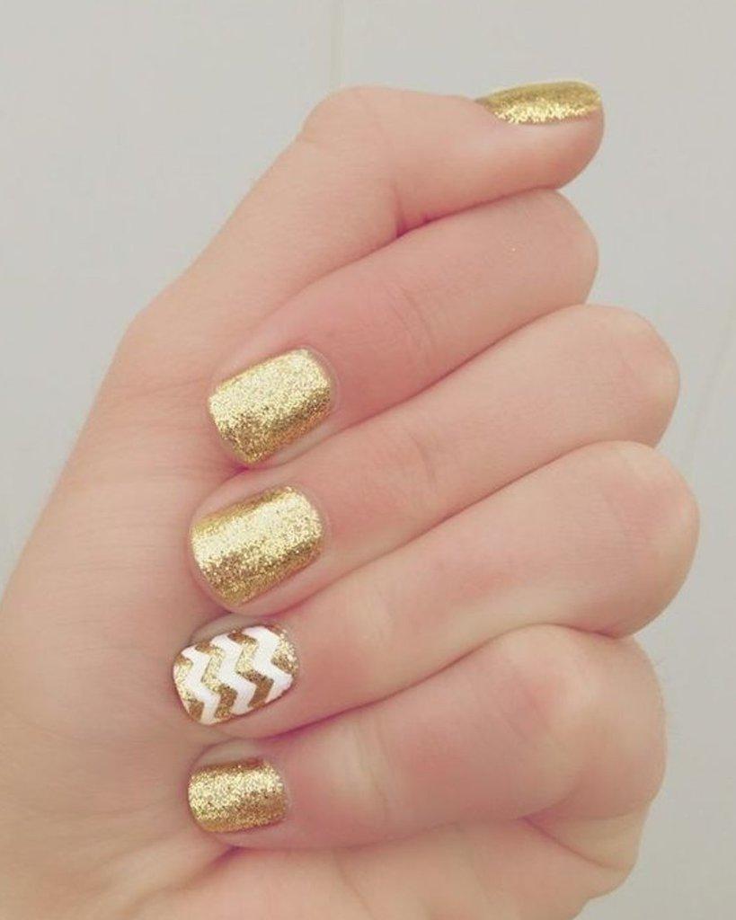 decoración de uñas doradas