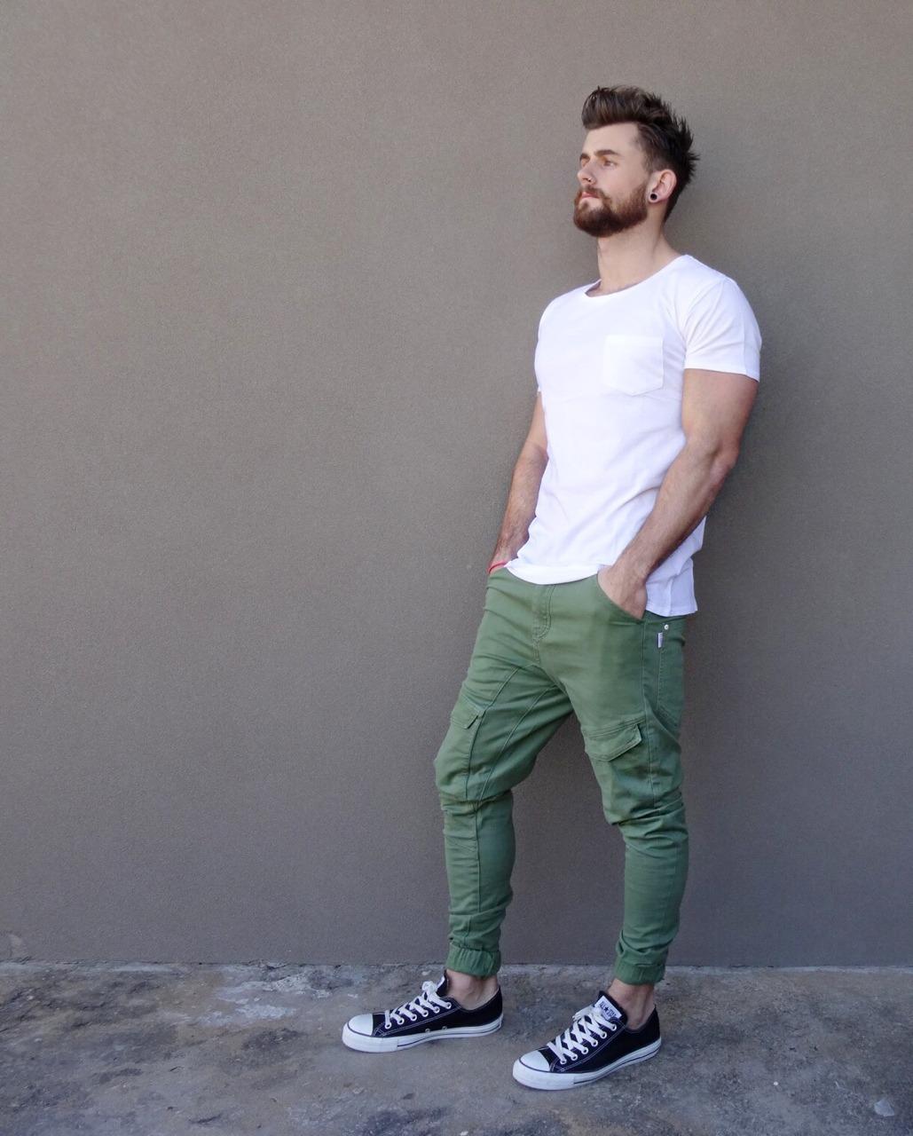 como combinar camiseta blanca hombre 14